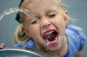 Durstiges Mädchen
